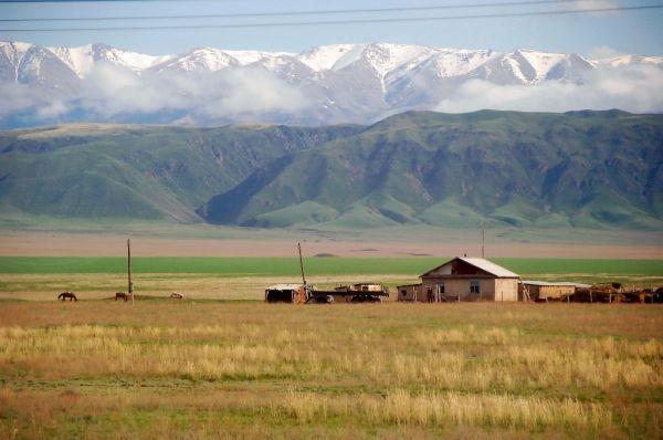 8923--天山山麓的天然牧場-小村落.JPG
