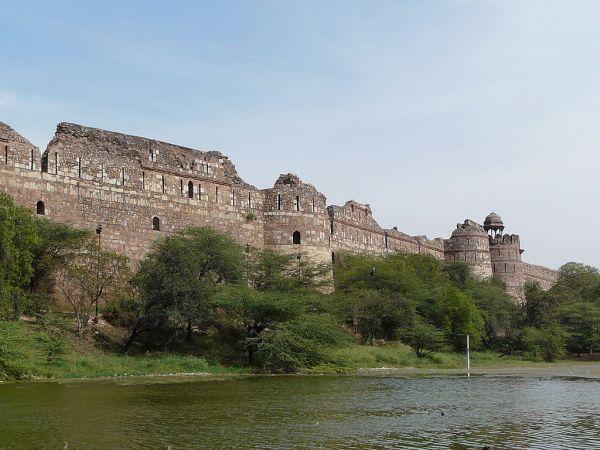 1024px-Purana_Qila_ramparts,_Delhi.jpg
