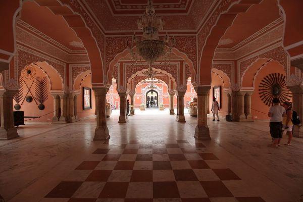 1024px-Jaipur_city_palace_interior.jpg