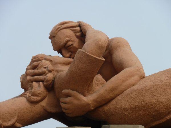 kiss statue.jpg